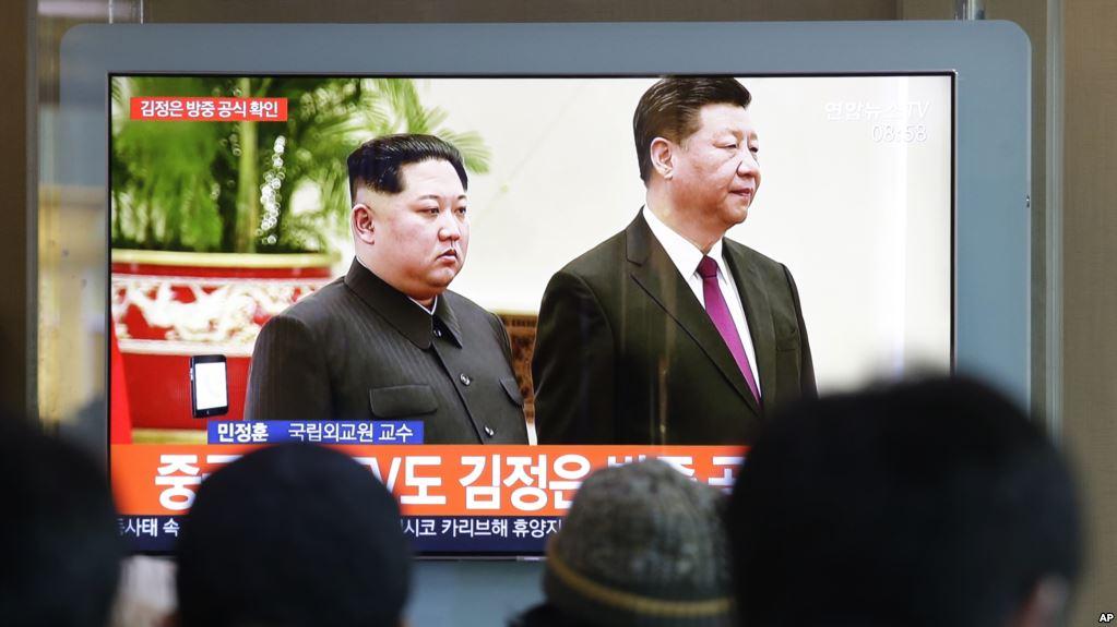 2019年1月8日在韩国首尔火车站,人们观看关于朝鲜领导人金正恩和中国国家主席习近平的电视新闻。