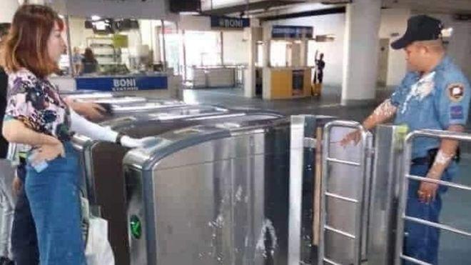 中国女学生张佳乐在马尼拉电车站