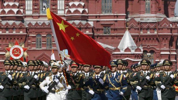 2015 年俄罗斯纪念卫国战争胜利70周年的红场阅兵中,中国三军仪仗队接受检阅。周四(6月6日)在西方国家领导人聚集纪念诺曼底登陆时,中俄领导人在莫斯科宣布两国建立更广泛的战略伙伴关系。