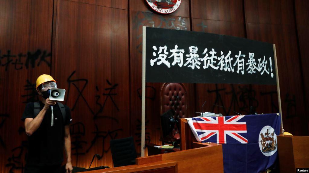 高举港英旗:香港示威者反对北京的象征