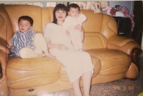 这张妻子和两个儿子的合影照片,老魏珍藏至今。