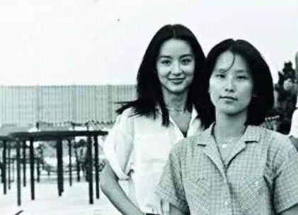 林青霞有个姐姐在大陆,90年代下岗每月领450元,姐妹36年后见面