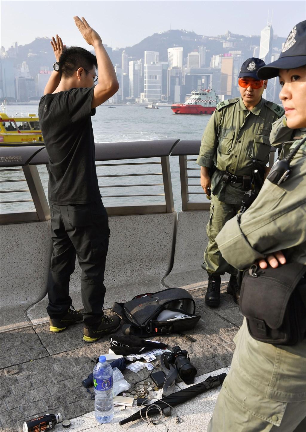 反送中運動已持續了3個多月,至今香港陷入一片陰霾之中,而在「十一」來臨之際,更是進入高危期。圖為香港警察在路上盤查民眾。(共同社提供)