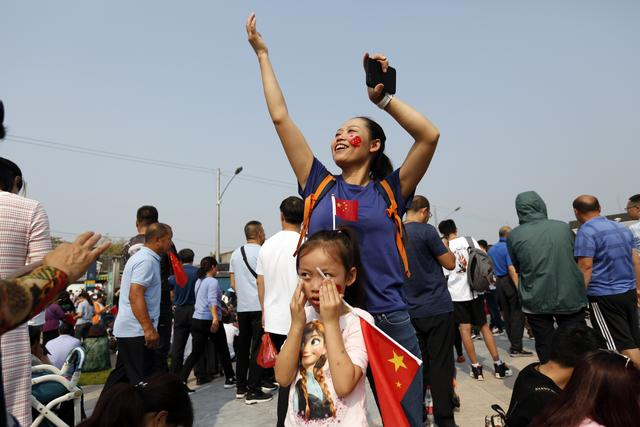 前门大街 市民和游客近距离体验阅兵式