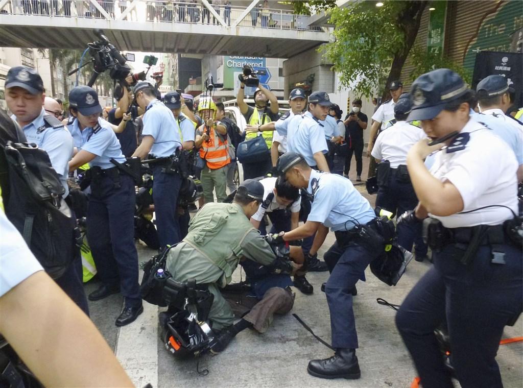 北京1日盛大慶祝中共建政70週年國慶之際,香港特別行政區因反送中運動變身「危城」。圖為香港警察在街上壓制盤查民眾。(共同社提供)