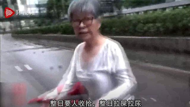 """骂得解气!香港阿婆徒手清理路障,怒斥暴徒,""""KO""""记者"""