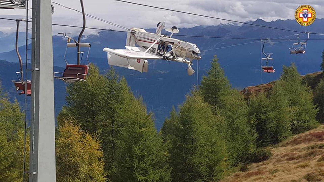 神奇一幕:飛機掛纜繩上 飛行員已被甩出 乘客們…