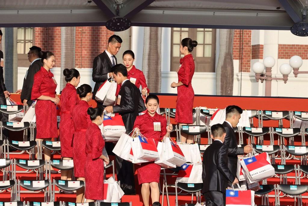 中華民國中樞暨各界慶祝108年國慶大會10日上午在總統府前廣場舉行,一早親善大使就在觀禮區放置紀念禮品提袋,為來賓提供貼心服務。中央社記者郭日曉攝 108年10月10日