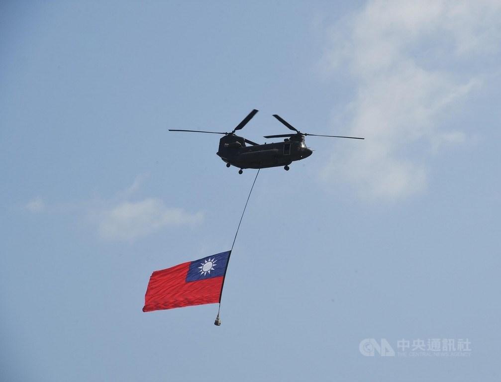 中華民國中樞暨各界慶祝108年國慶大會10日上午在總統府前廣場舉行,國軍CH-47直升機吊掛國旗飛越總統府。中央社記者王飛華攝 108年10月10日
