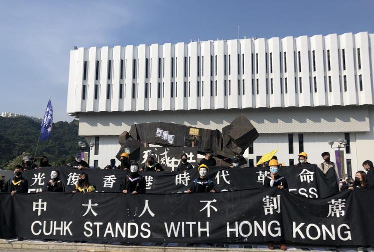 港中大畢業典禮鬧劇:大陸學生突然亮刀…(圖/視)