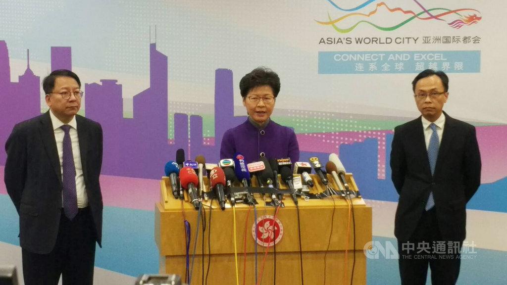 香港特首林鄭月娥(中)6日晚上在北京召開記者會表示,中國將對香港推出16條惠港措施。中央社記者邱國強北京攝 108年11月6日