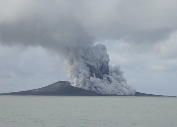▲▼東加2014年底海底火山爆發後,2015年初形成一座全新島嶼。(圖/達誌影像/美聯社)