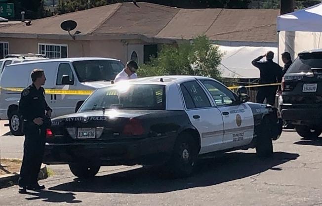 加州聖地牙哥發生人倫慘案,一名男子疑因離婚分產糾紛開槍打死太太與三名幼兒後自盡。圖為警方把凶宅封鎖進行調查。(美聯社)