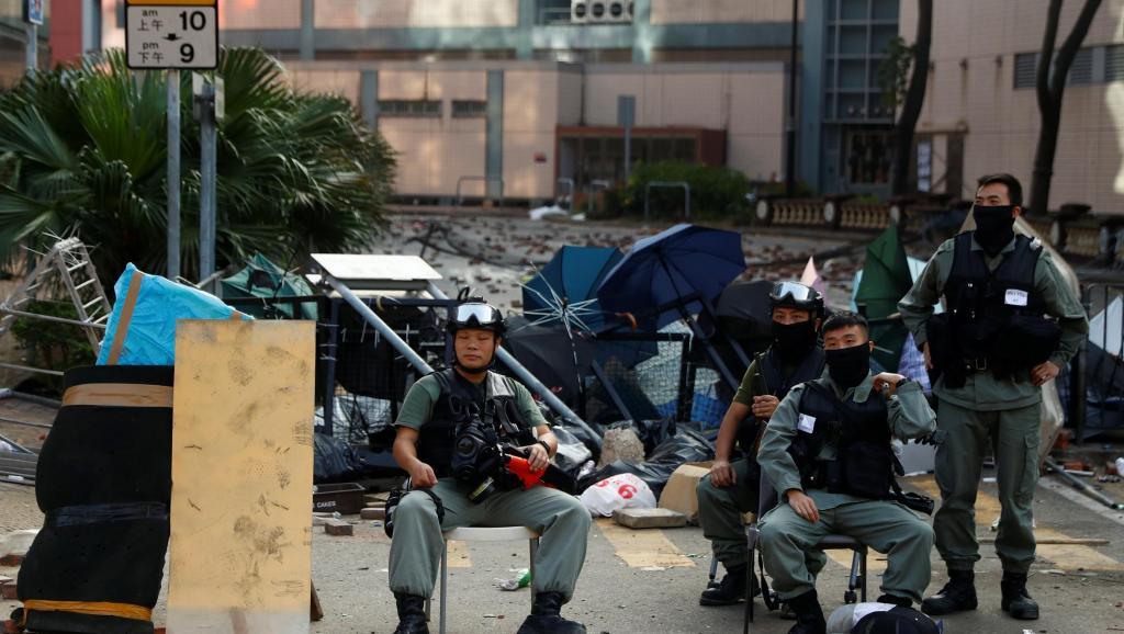 港警死围4日伺机抓捕 香港理大仍有百人固守