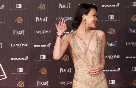 """43岁的舒淇太高级,大胆挑战""""3D丝带""""礼服(组图)"""