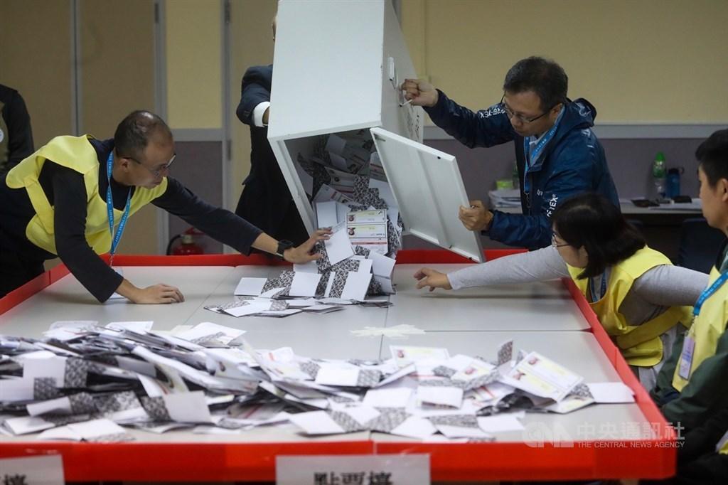 香港近日抗爭情勢逐漸趨緩,24日區議會選舉如期舉行,晚間10時30分結束投票後進行點票作業,灣仔一家投票站工作人員將選票倒入點票檯上。中央社記者吳家昇攝 108年11月25日