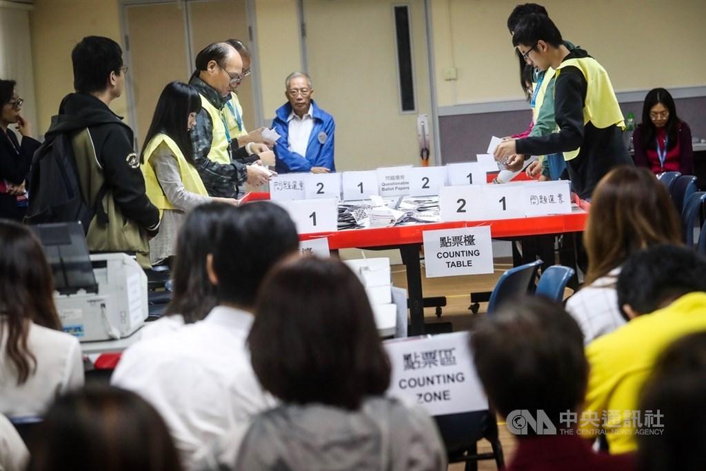 香港近日抗爭情勢逐漸趨緩,24日區議會選舉如期舉行,晚間10時30分結束投票後進行點票作業,25日凌晨灣仔一家投票站聚集大批民眾觀看作業情形。中央社記者吳家昇攝 108年11月25日