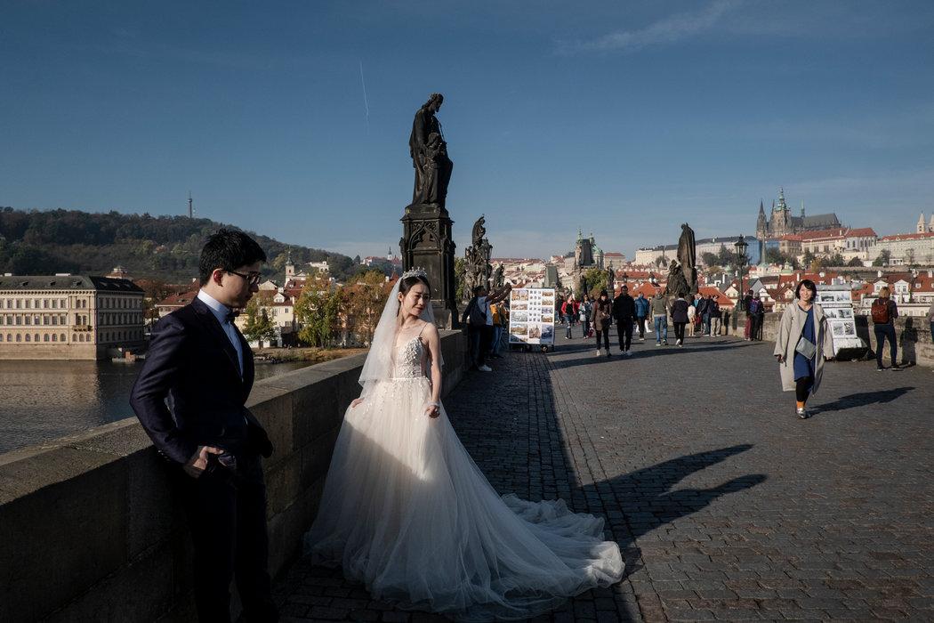一對在歐洲留學的上海情侶上月到布拉格拍攝婚紗照和旅行。中國政府威脅要減少去往這個城市的旅遊者。