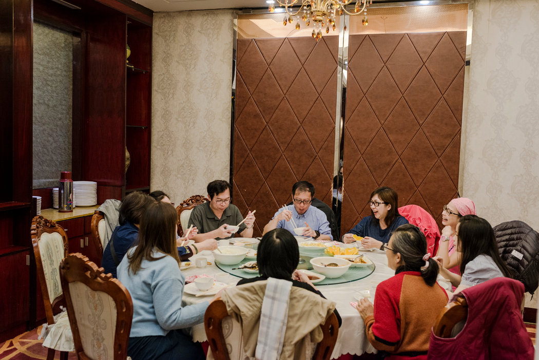 來自香港的遊客在布拉格郊區的北京餐廳用餐,這是一家華人所有的餐館。