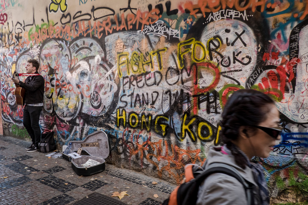 布拉格列儂牆附近聲援香港示威者的文字。列儂牆是一個1980年代發泄反共憤怒的論壇,後被香港抗議者模仿。