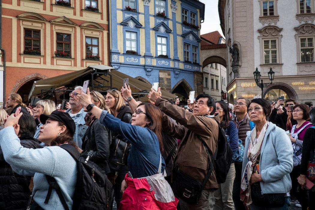 每到整點,遊客湧入布拉格的老城廣場,見證有幾百年曆史的天文鍾的報時。