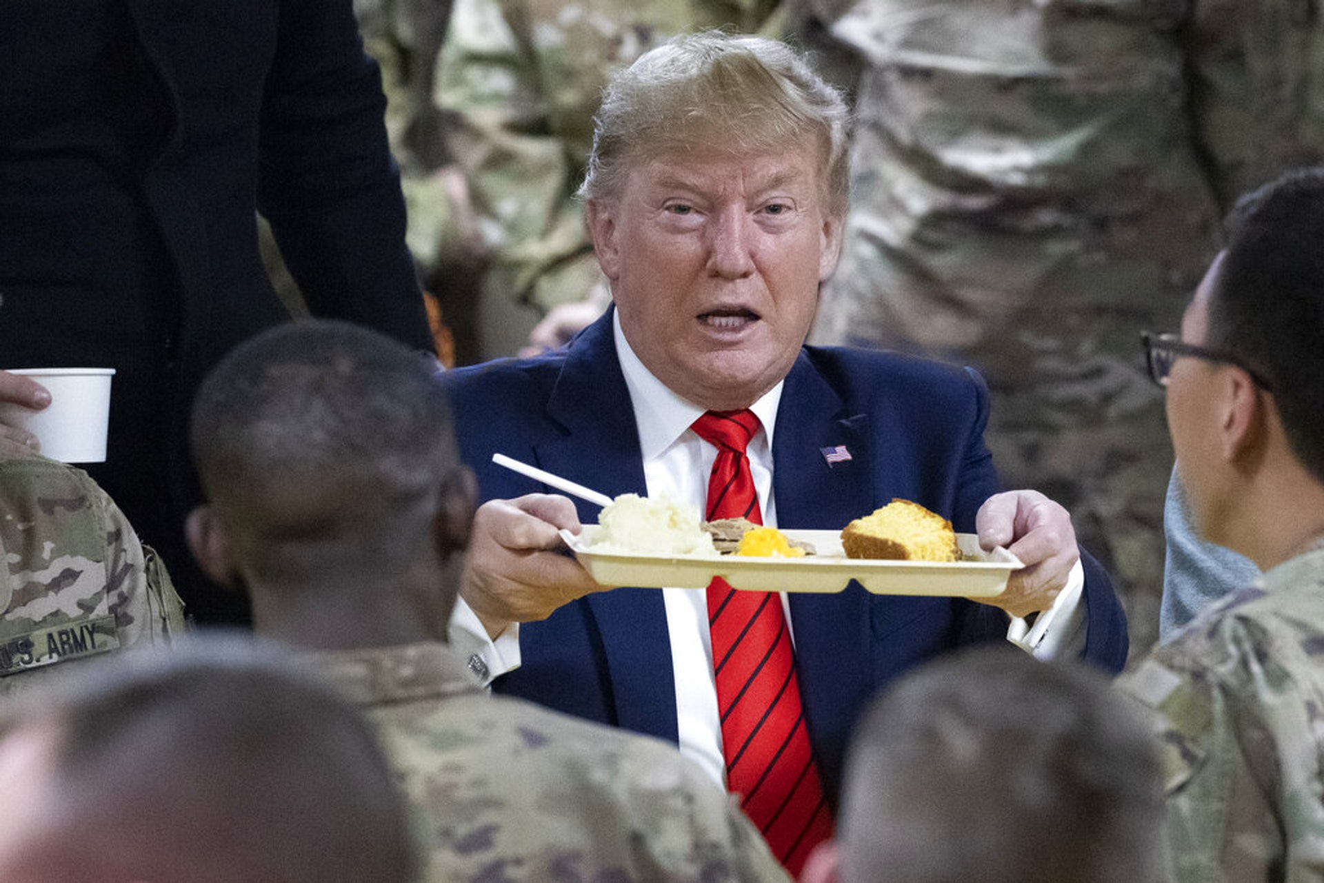 特朗普與美軍共享感恩節晚餐(美聯社)