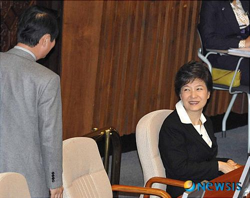 提到樸槿惠 韓國男議員突然大哭:我對不起你(圖)