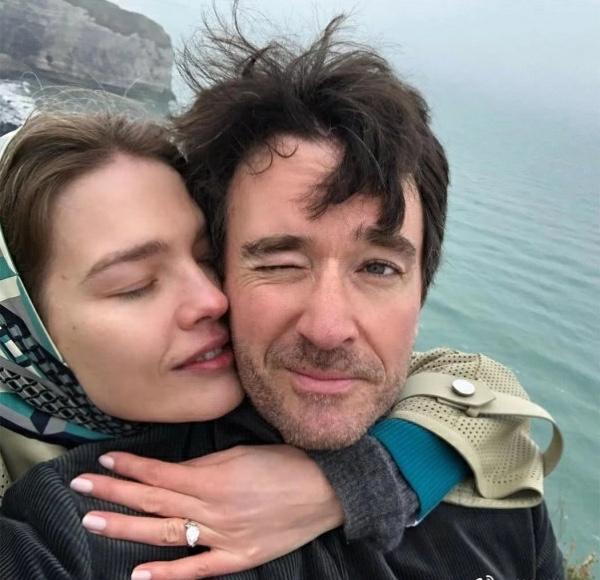 LV太子宣布结婚,37岁超模带5娃嫁豪门,晒超大钻戒惹人羡慕