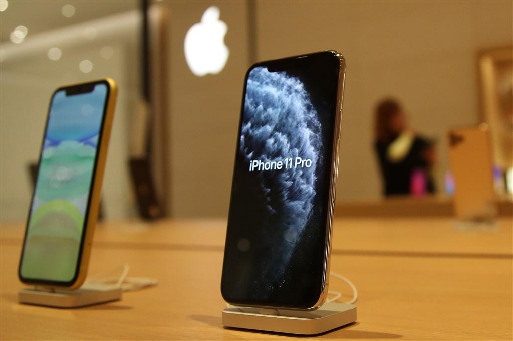 天風國際證券分析師郭明錤預期,2020年蘋果將公布5款新iPhone,包括4.7吋LCD版、新款5.4吋版、搭配後置雙鏡頭的6.1吋版、後置3顆鏡頭的6.1吋版、以及搭配有機發光二極體的6.7吋版。圖為iPhone 11係列。(中央社檔案照片)