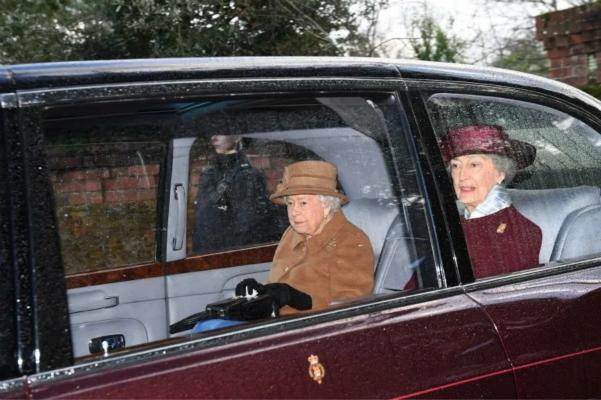 英國女王外出心情欠佳,首次被拍到戴助聽器(圖)