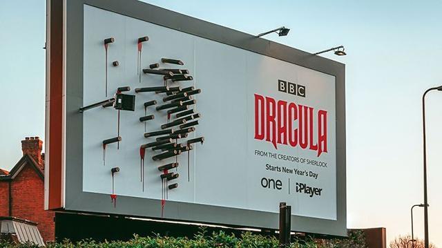 太有创意了:BBC新剧《吸血鬼》的广告牌,只有在晚上才出现图像