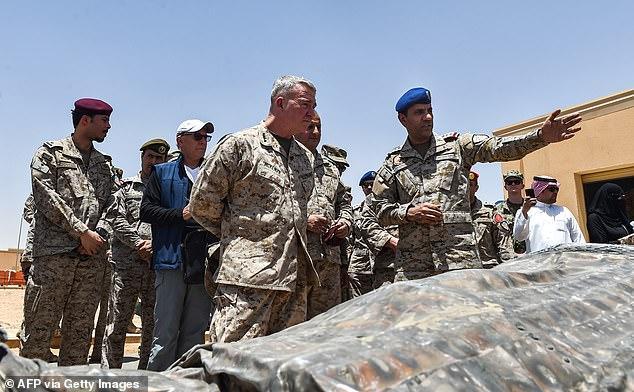 美海軍陸戰隊將軍肯尼斯⋅麥肯齊(中)2019年7月訪問沙特基地。圖源:每日郵報