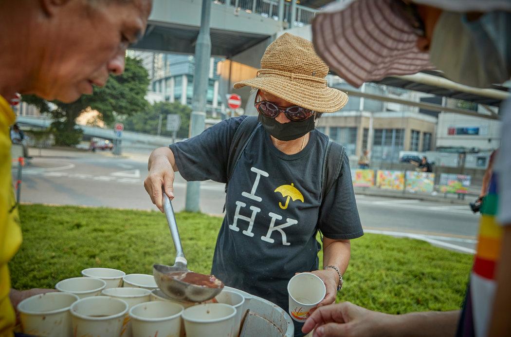 """紐時:香港人的""""催淚彈""""冰淇淋和""""加油""""月餅(組圖)"""