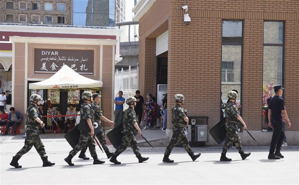 「人權觀察」指責中國政府監看著「中國數十年來所見最粗暴、最無孔不入的鎮壓行動」,包括在新疆省建立「夢魘般的監視係統」。圖為武警在新疆烏魯木齊市巡查。(檔案照片/共同社提供)