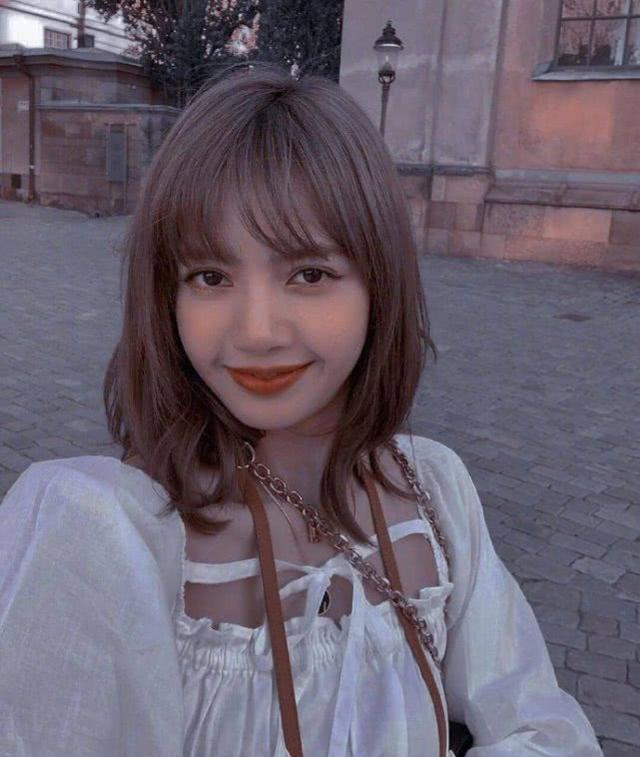 Lisa出道前照片被曝光,脸型奇怪鼻头大,真的是本人吗?