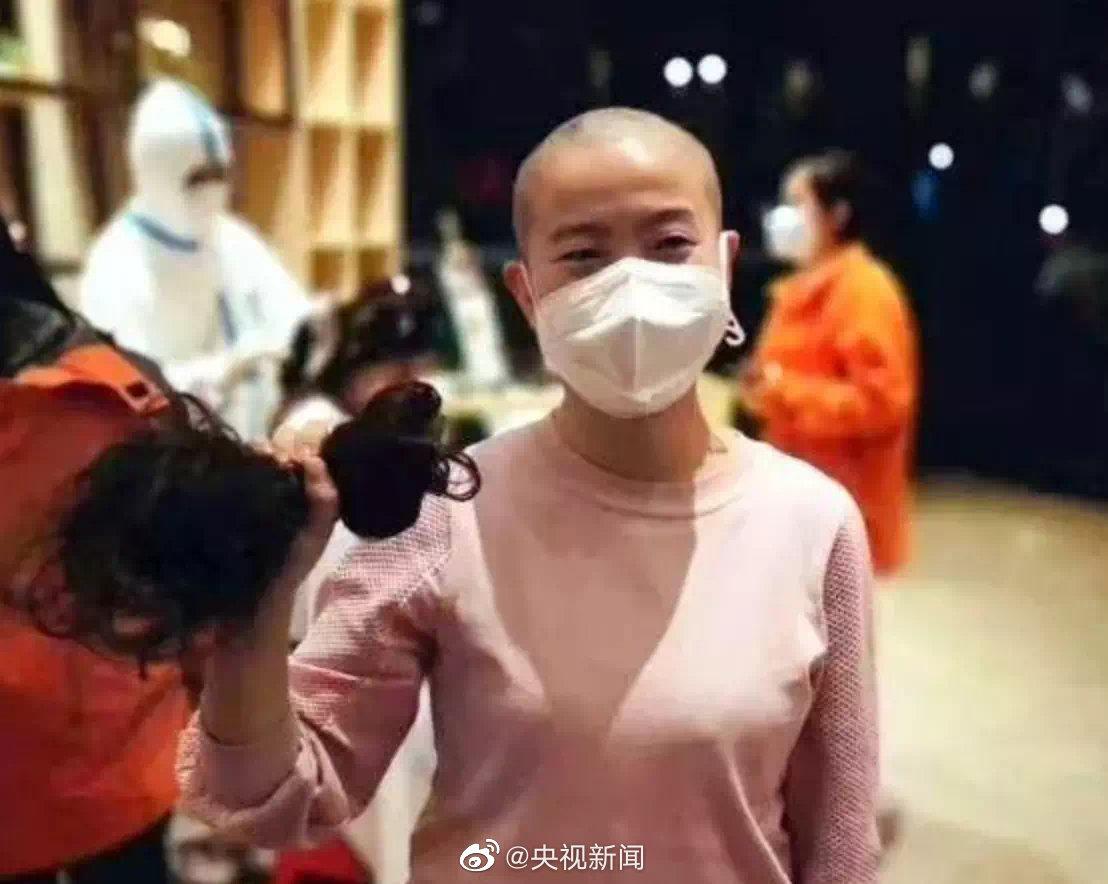 支援武汉 西安百名女医护剃成光头(组图)