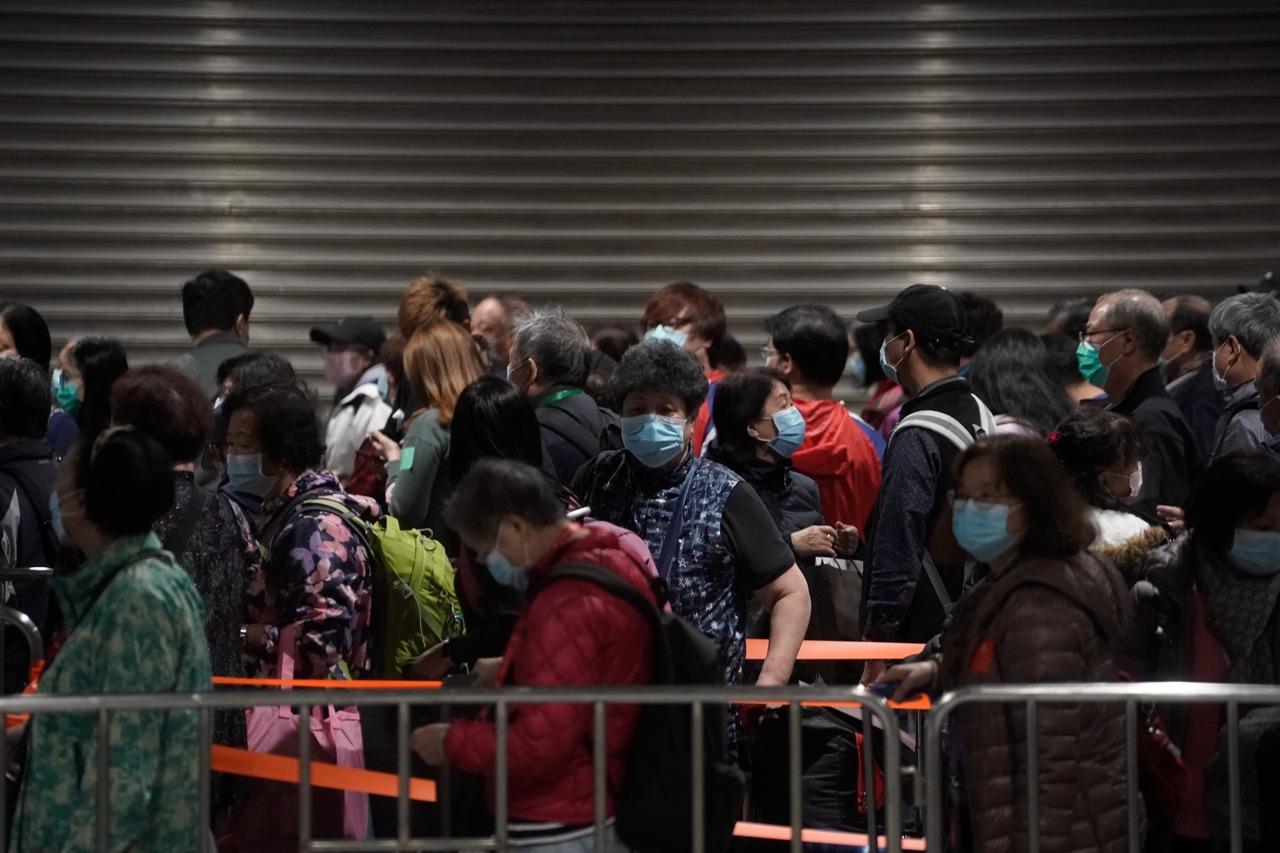 实拍:香港世界梦号邮轮3600人下船登岸(组图)