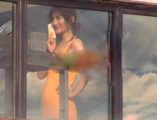 谢娜穿紧身裙拍广告,小腹隆起疑似怀二胎?