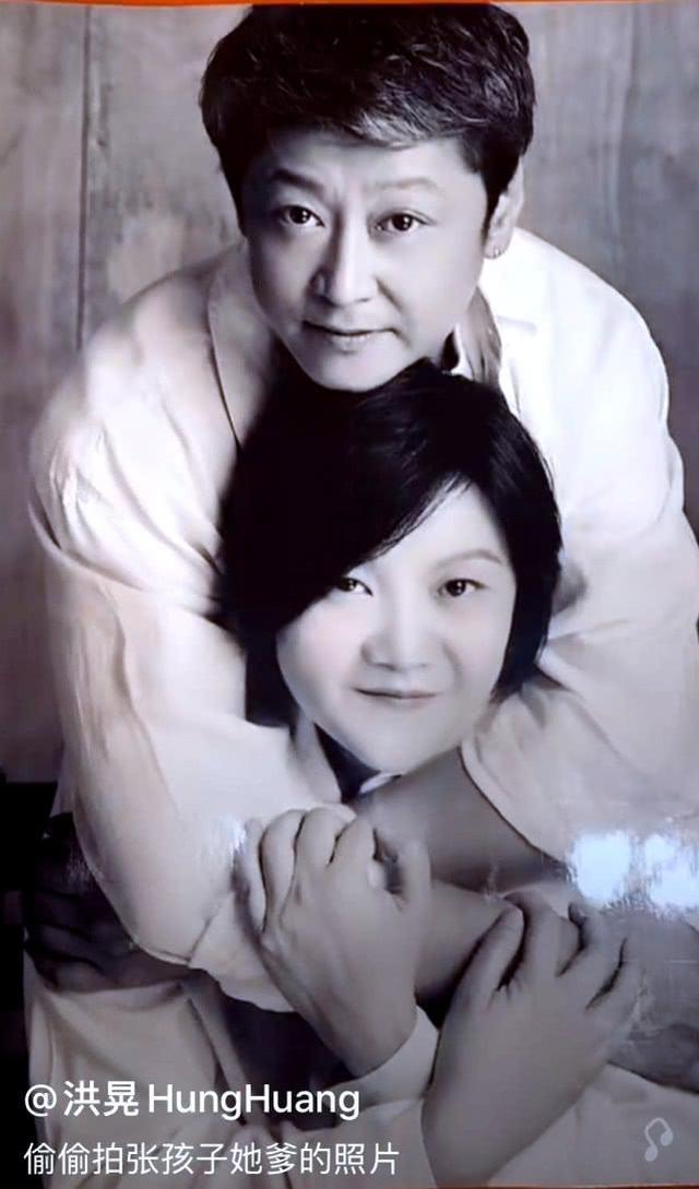 洪晃首公开与现丈夫合照 网友赞:比陈凯歌帅多了