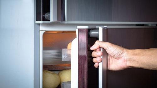他帮亡母清理房子 见冰箱藏腐尸 被告知那可能是…