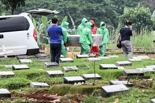 """村民开棺给尸体洗澡,至少15人感染""""新冠"""""""