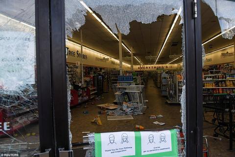 美国明尼苏达大暴动:商店遭洗劫抢劫纵火