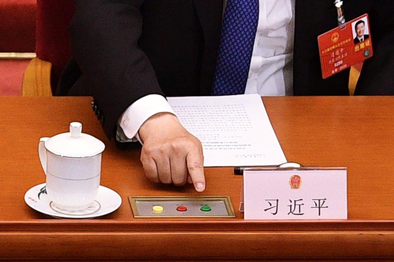 """习近平伸出""""历史性一指""""画面 李中堂竟出中指?"""