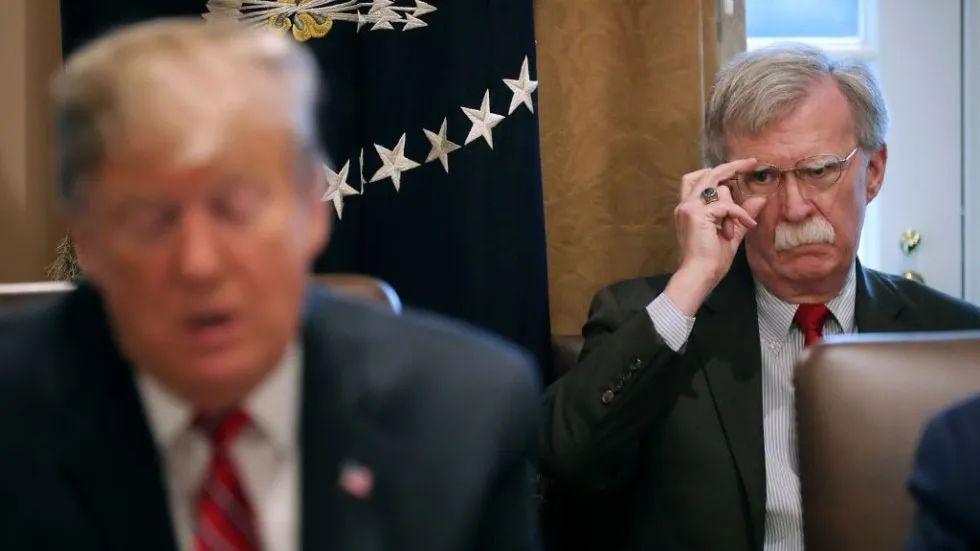 夜深了 特朗普打开推特:博尔顿傻瓜!疯子!大笨蛋…