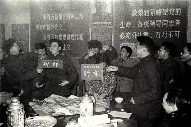 李振盛与妻子结婚时被友人起哄仿文革戴上字版。(取自网路)