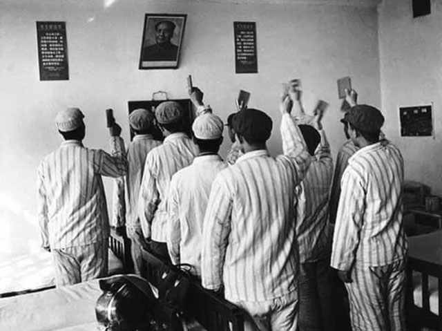 李振盛拍攝精神病患向毛主席敬禮唱歌。(取自網路)