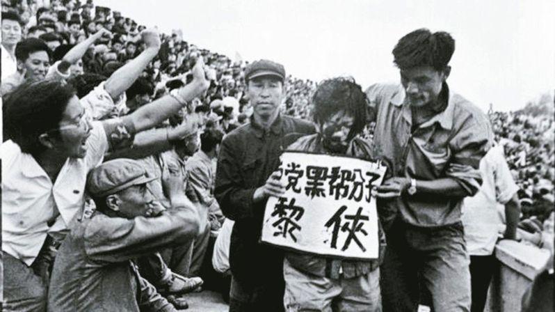 李振盛秘藏他拍攝的2萬多張文革時期批鬥、抄家、戴高帽、刑場槍決等當時不準見報的負麵底片。(取自網路)