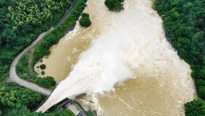 中國安徽省共有299座水庫超出防洪限製水位,目前正加速泄洪。 (翻攝自微博)