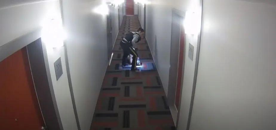 """敏感时刻,加拿大警察对亚裔女生""""踩头杀"""""""