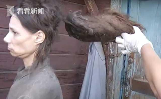 女子遭母囚禁 26 年 14 年不洗澡吃猫粮续命